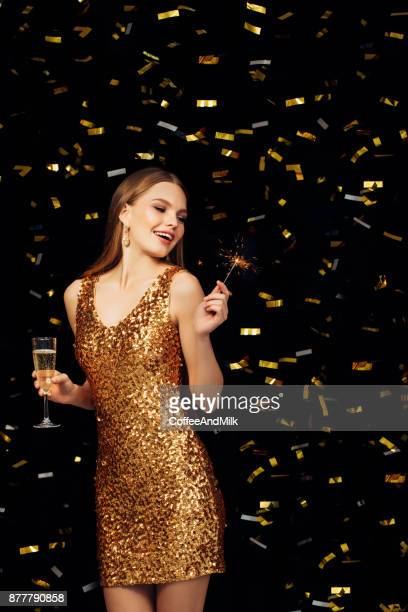 Belle femme vêtue d'une robe dorée