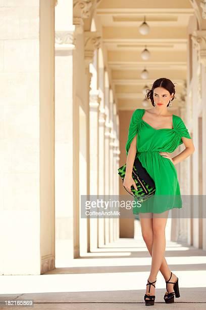 Bela mulher usando Vestido verde