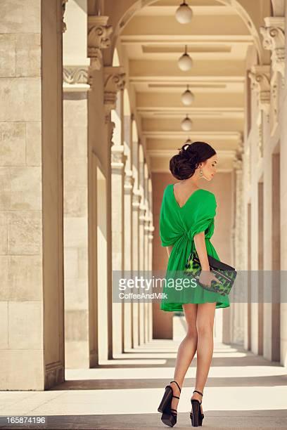 Hermosa mujer usando vestido espectacular
