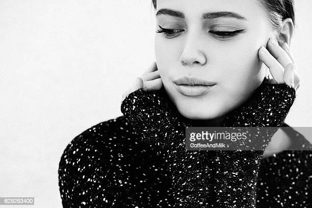 Schöne Frau mit Pullover