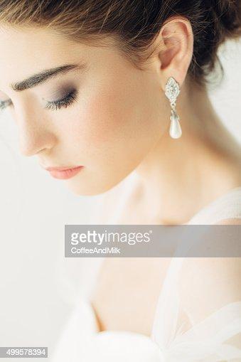 ウェディングドレスを着ている美しい女性