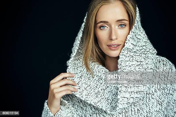 Schöne Frau tragen Winterkleidung
