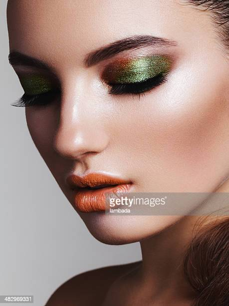 Bella donna con make-up luminoso