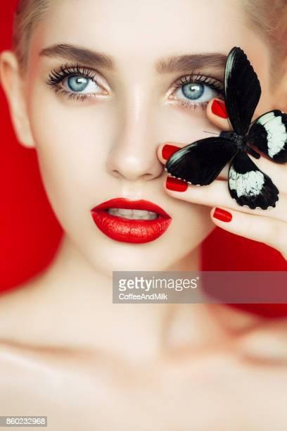Belle femme avec papillon