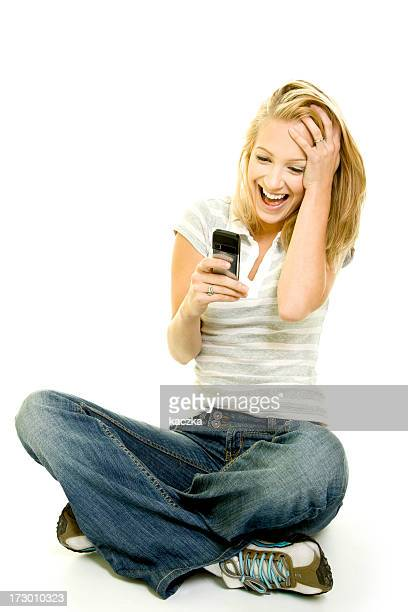 Belle femme avec téléphone portable isolé sur blanc