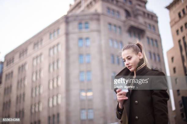 Belle femme avec du café en plein air