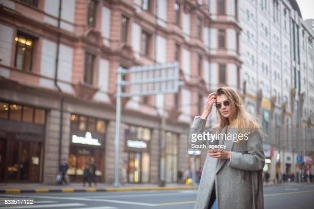 Belle femme avec une tasse de café