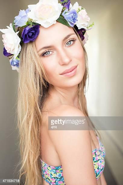 Bella mujer con flores en el pelo