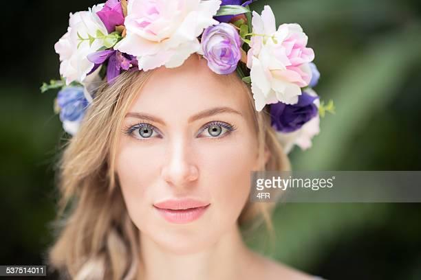Schöne Frau mit Blumen in Ihr Haar