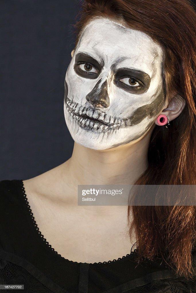 Hermosa mujer con máscara de halloween : Foto de stock