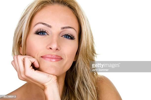 Belle femme avec tête à la main
