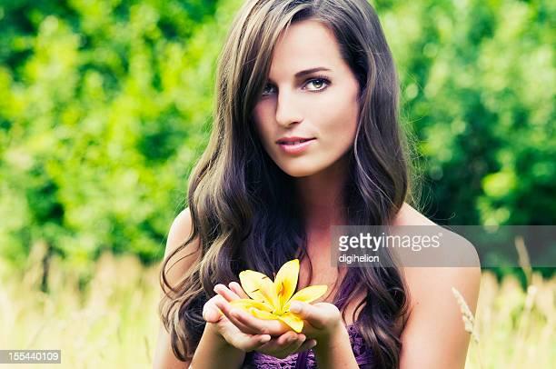 美しい女性、lilly 花の牧草地