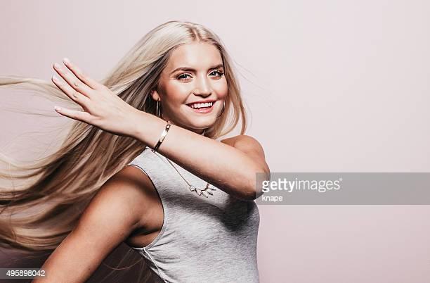 Bellissima donna con lunghi capelli bella