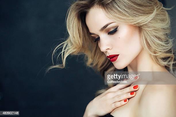 Mulher bonita com compõem