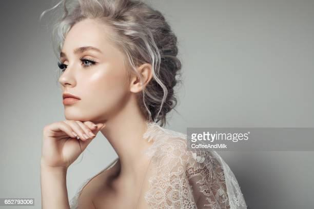 美しい女性、メイクアップとスタイリッシュなヘアスタイル
