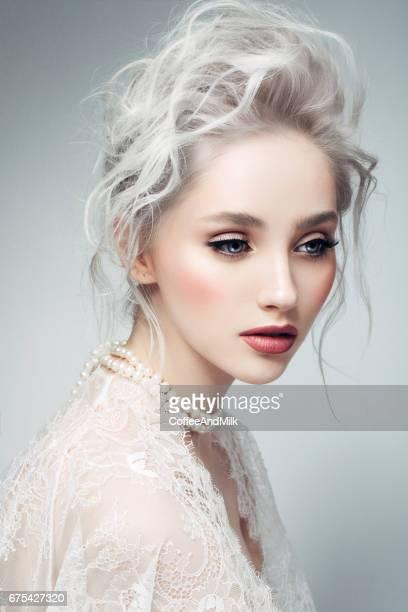 Belle femme avec maquillage et coiffure élégante