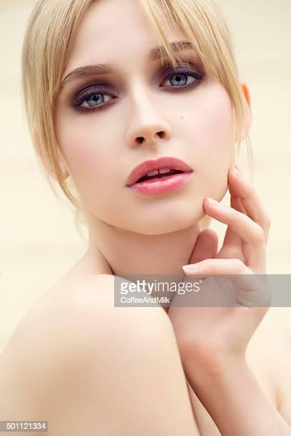 Belle femme avec maquillage