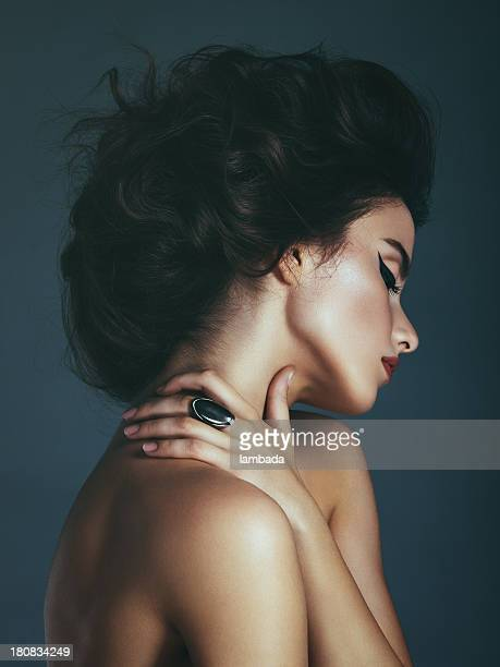 Schöne Frau mit Unordentlich Haarknoten