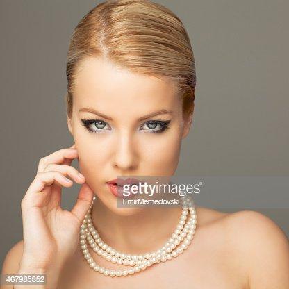 Schöne Frau mit Perlen