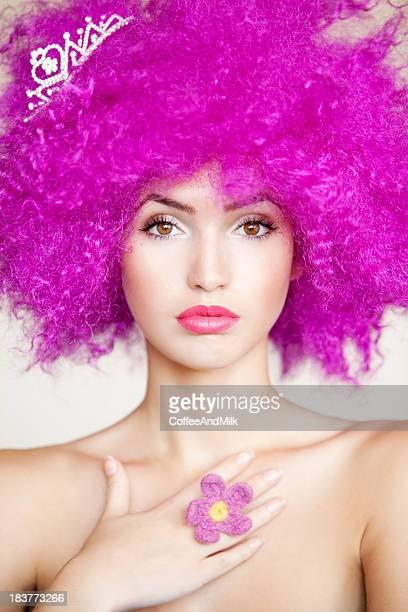 Belle femme avec les cheveux rose