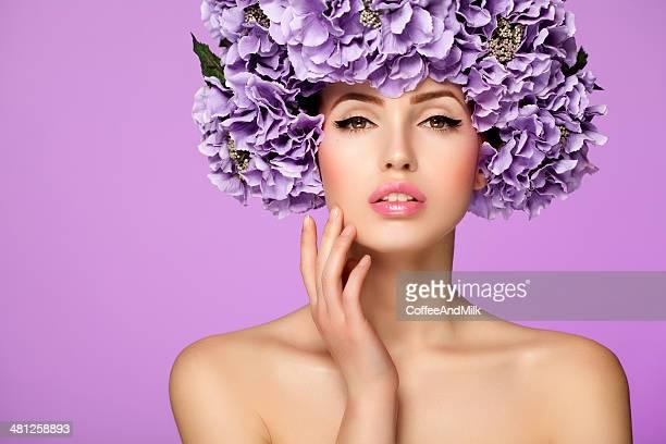 Belle femme avec fleurs violettes