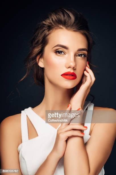 Belle femme avec manucure rouge