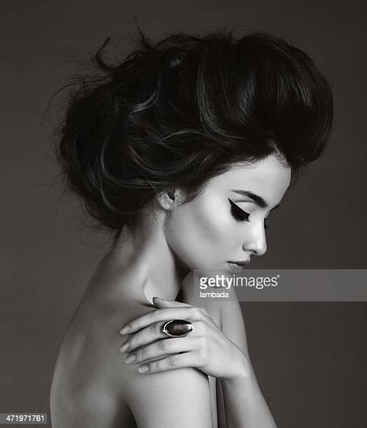 Belle femme avec anneau
