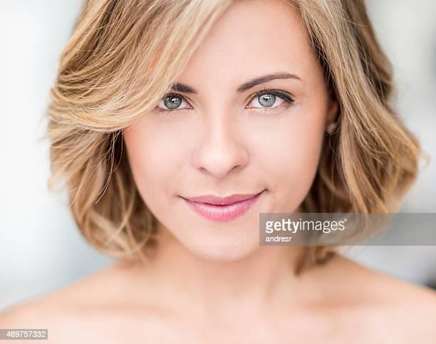 Schöne Frau mit kurzen Haaren