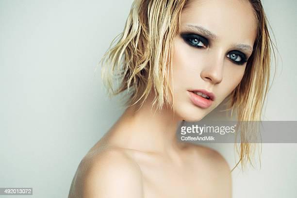 Bella mujer con peinado elegante