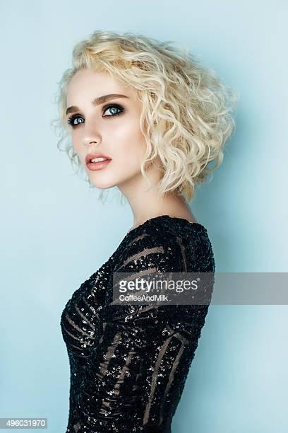 Bella donna con elegante taglio di capelli