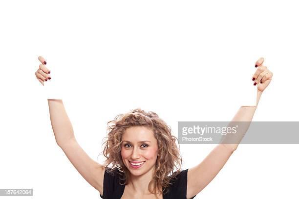 Belle femme avec un sourire à pleines dents tenant vierge signe