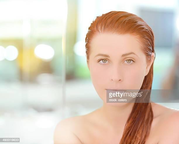 Belle femme avec les cheveux mouillés