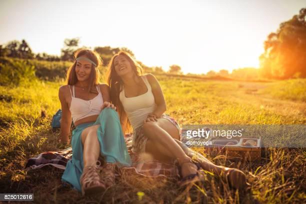 Schöne Frauen mit Picknick an einem schönen sonnigen Sommertag