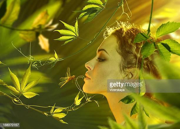 Schöne Frau in der Natur
