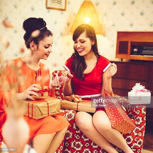 Belles femmes avec des cadeaux