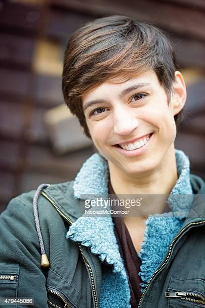 Schöne junge Frau lächelnd androgynous britischen lässig Porträt vertikal