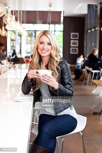 Belle jeune blonde Femme dans un café du centre-ville