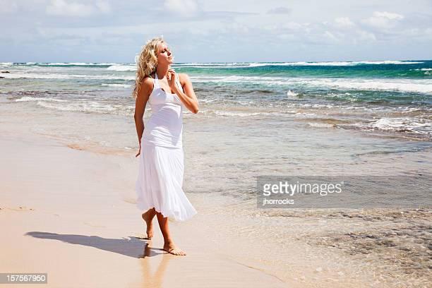 Schöne junge Blonde Frau auf Hawaii am Strand