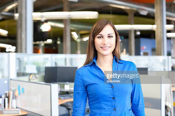 Porträt von schöne junge Geschäftsfrau in Büro Trennwand, Textfreiraum