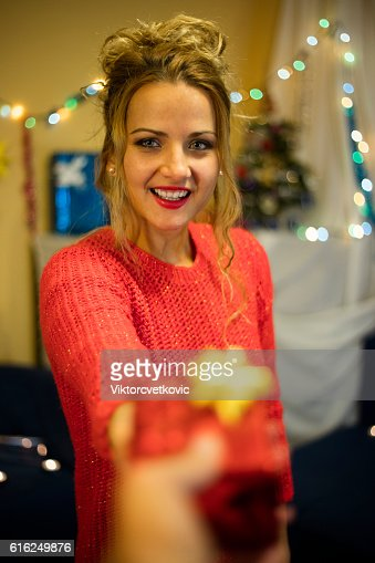 Beautiful young Christmas girl with gift. Happy New Year. : Foto de stock