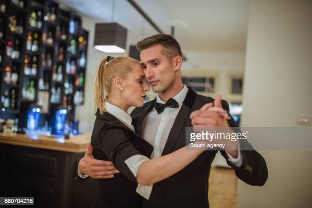 Beau jeune couple dansant au café