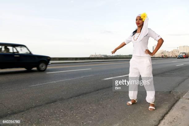 Wunderschöne, kleine kubanische Frau Sie Taxi in Havanna, Kuba