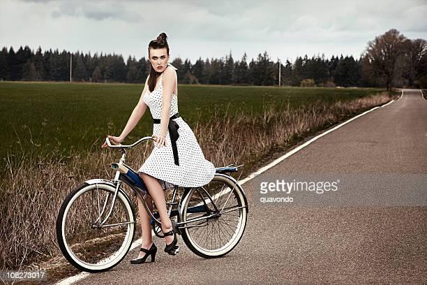 Hermosa modelo de moda joven en bicicleta de país, Copyspace