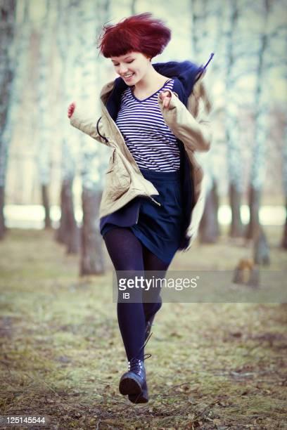 Schöne Junge Mädchen läuft durch den Wald
