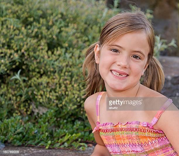 Saine belle jeune fille à l'extérieur en été