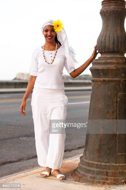 Schöne, junge, steht neben Straßenlampe, Havanna, Kuba