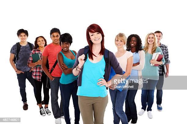 Bel giovane studente in piedi con il suo gruppo in bianco