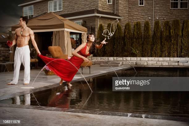 Hermosa mujer joven buceo para disfrutar de la piscina, Copyspace collar