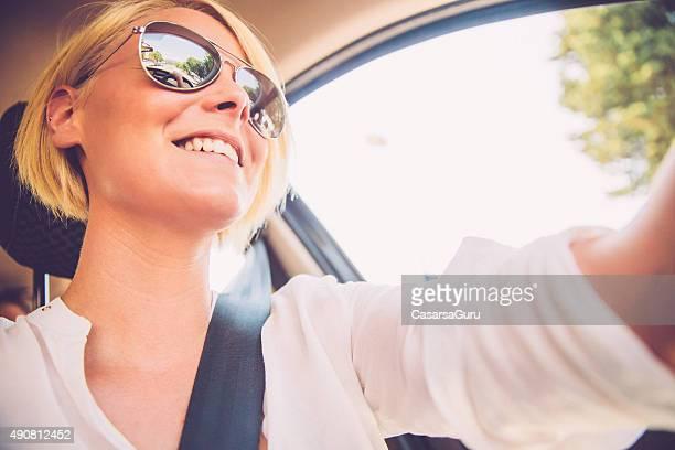 美しい若い女性のお車の街