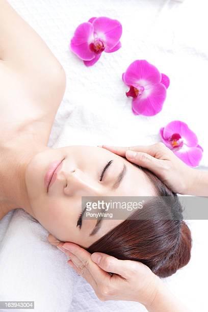 Belle jeune femme profiter de recevoir massage du visage